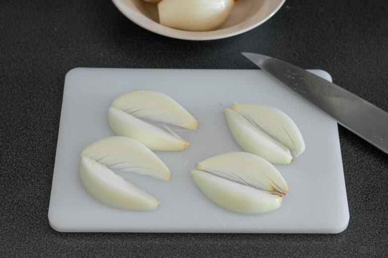Подготовка на лука за декорация на тарт с карамелизиран лук, гъби и билки