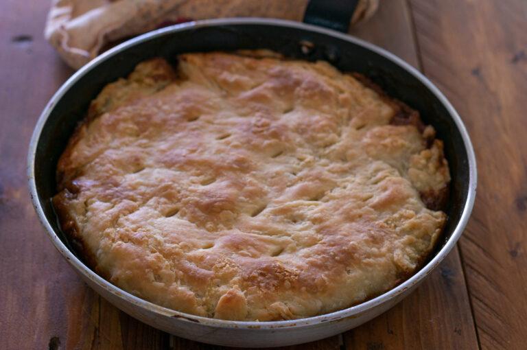 Изпеченият тарт с карамелизиран лук, гъби и билки
