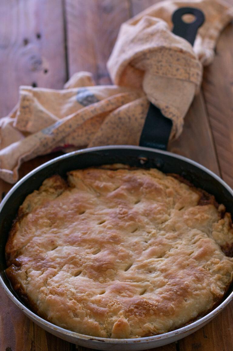 Тарт с карамелизиран лук, гъби и билки