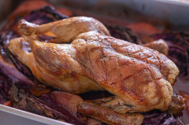 Печена патица с червено зеле и дюли
