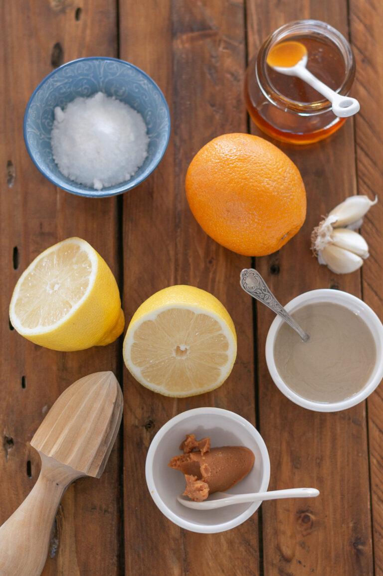 Мисо, сусамов тахан, цитруси, чесън и мед за дресинг за богата есенна салата