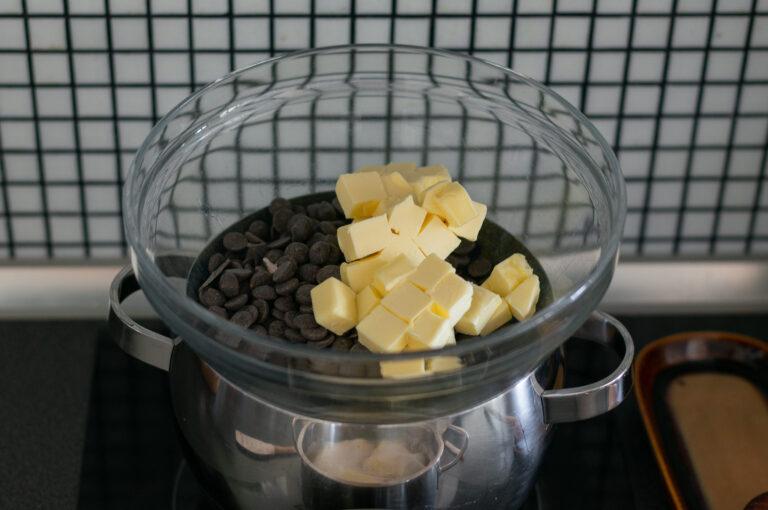 Шоколадът и маслото се разтопяват на водна баня