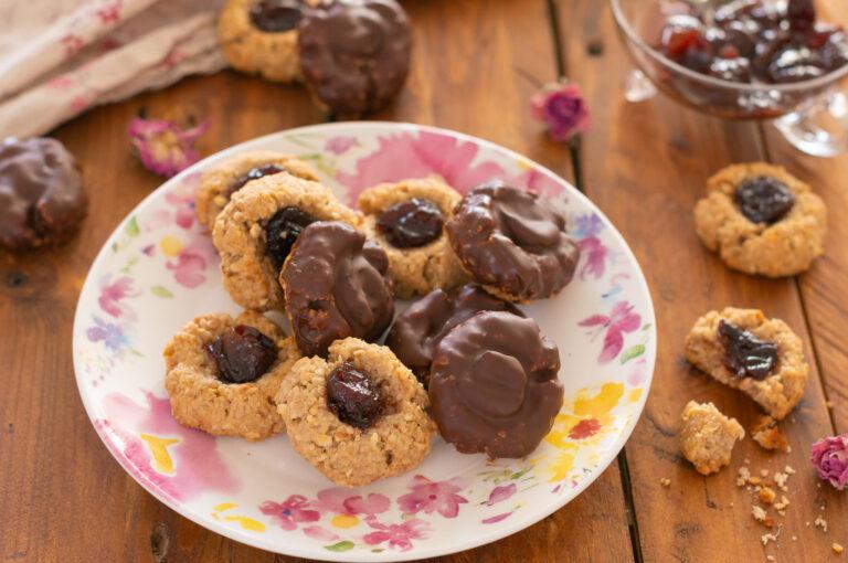 Постни овесени сладки с череши и шоколад