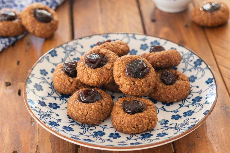 Постните овесени сладки с петмез от черница и фурми като подсладител