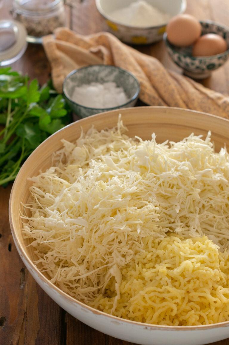 Настъргано зеле и сварени картофи за кюфтета от зеле и картофи със сос ремулад