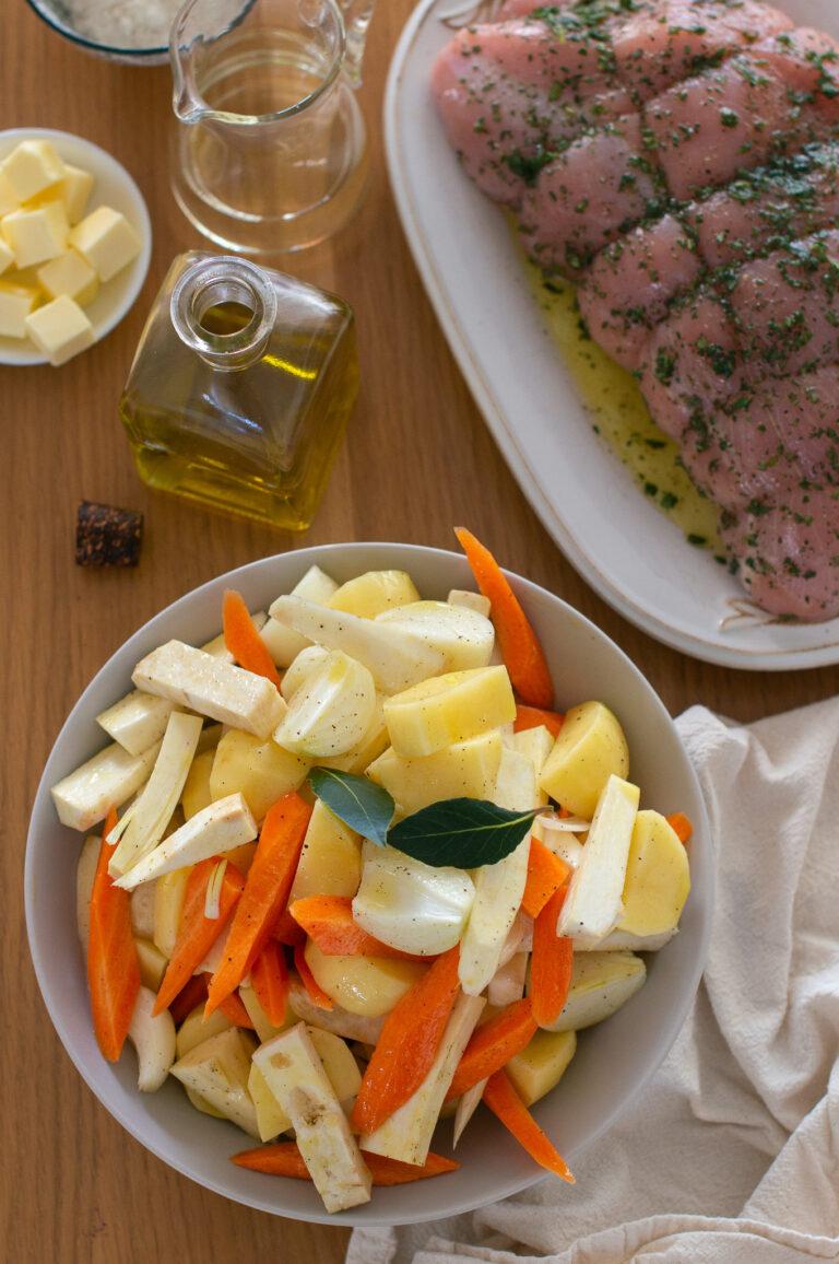 Нарязаните зеленчуци и маринованото пуешко филе