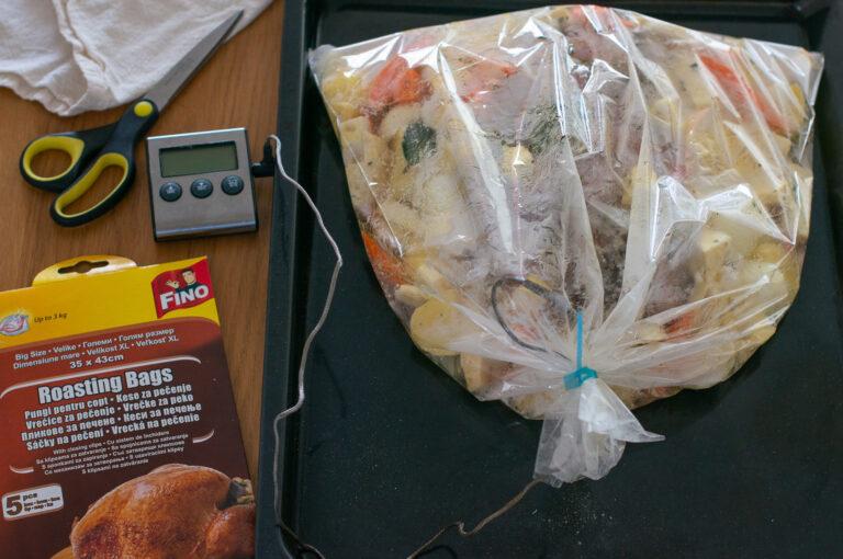 Завързаният плик за печене със сложена сонда в месото
