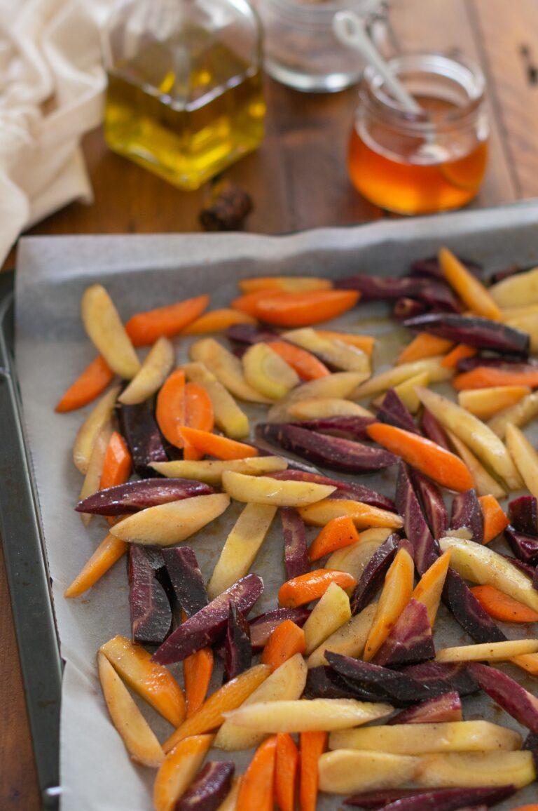 Овкусените със зехтин, мед и кориандър моркови преди печенето