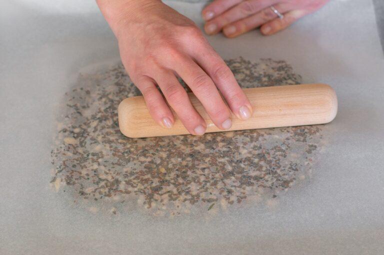 Разстилане на сместа за крекерите между две хартии за печене