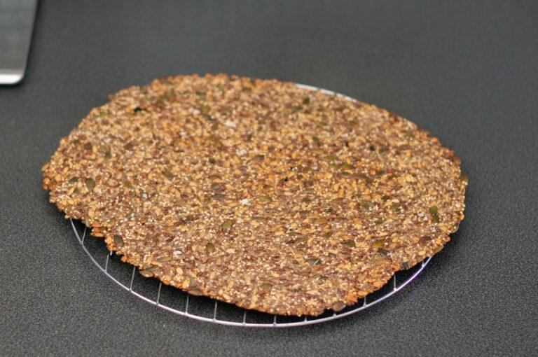 Изпеченият лист за крекери се охлажда върху решетка