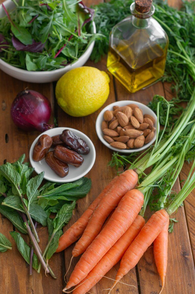 Моркови, мента, фурми, бадеми и зеленолистни за салата от моркови с мента, бадеми и фурми