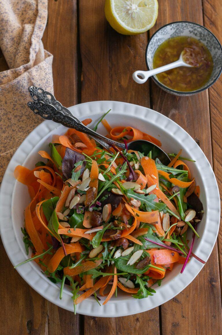 Салата от моркови с мента, бадеми и фурми