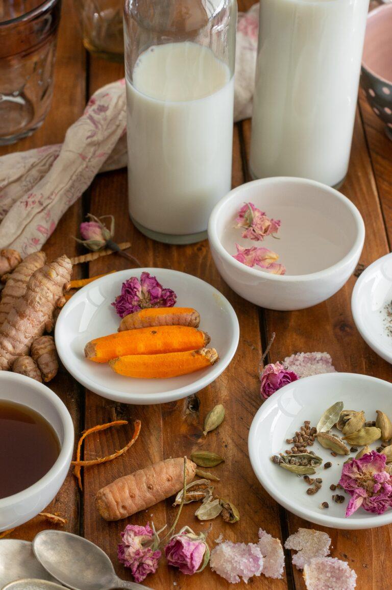 Ядково мляко, пресен корен куркума, кардамон и рози