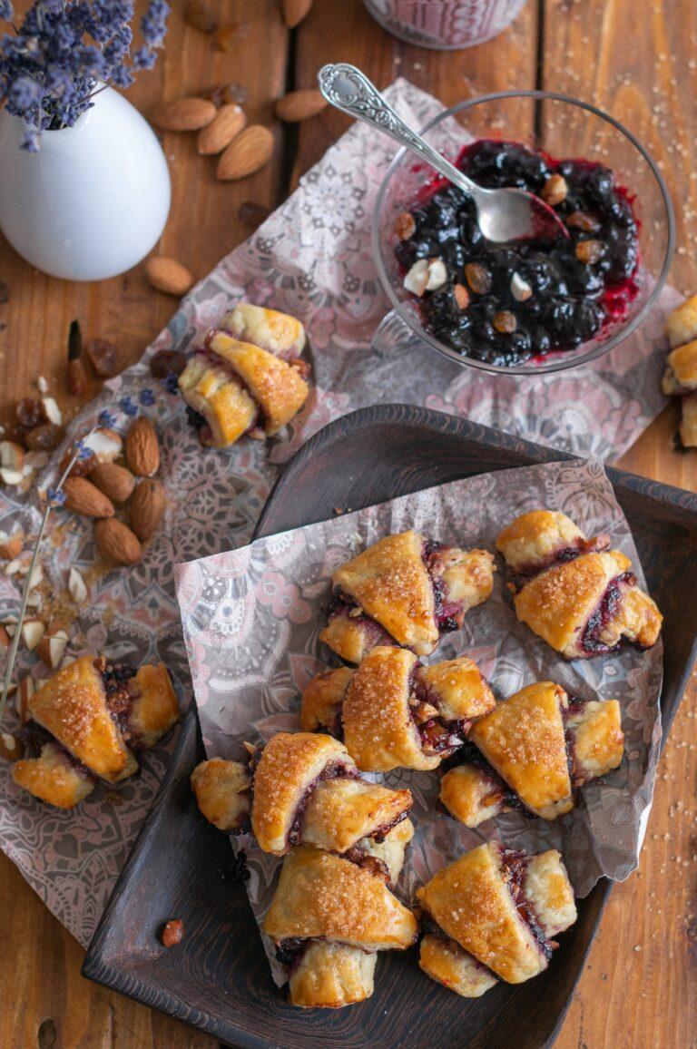 Рогалах със сладко от боровинки, бадеми и стафиди