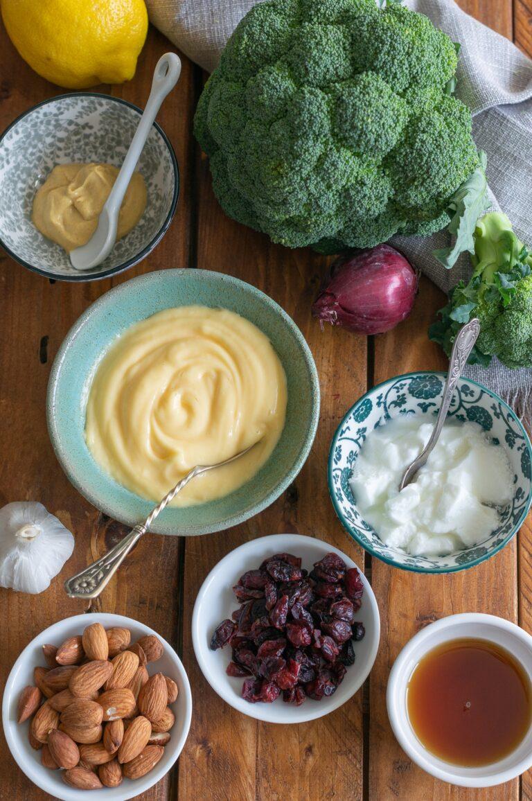 Броколи, сушени червени боровинки, бадеми, майонеза, кисело мляко и подправки за салата от броколи