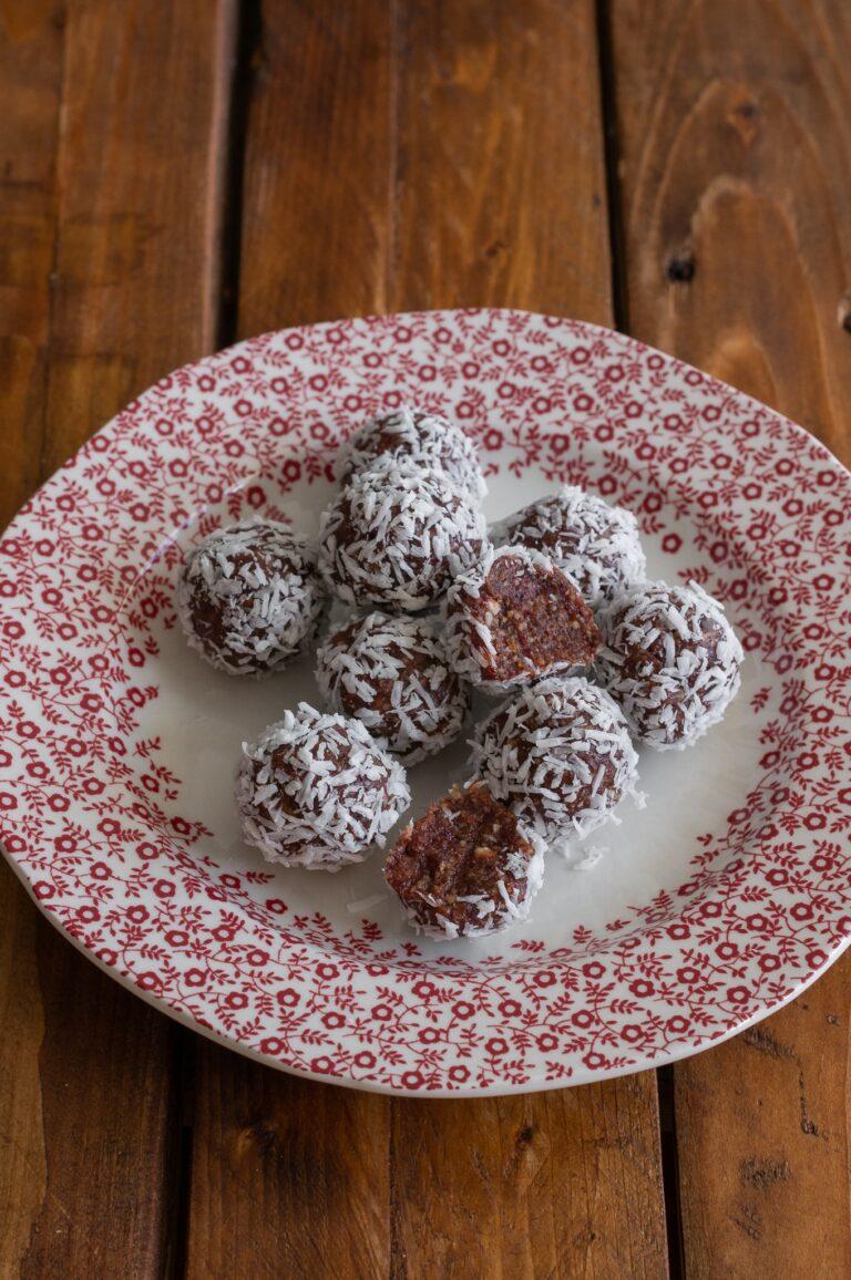 Сурови веган бонбони с лиофилизирани вишни и кокос