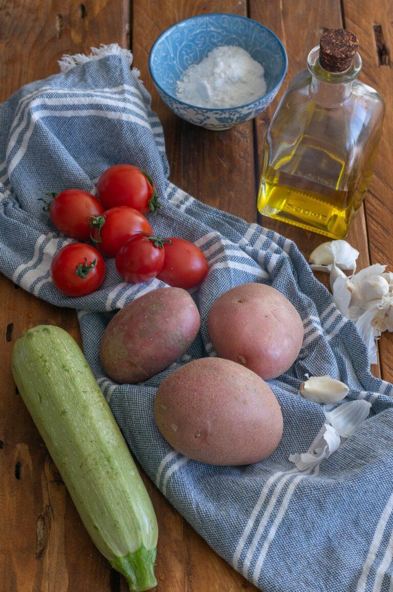 Картофи, тиквичка и чери домати за печено филе от сьомга с билкова кора и зеленчуци