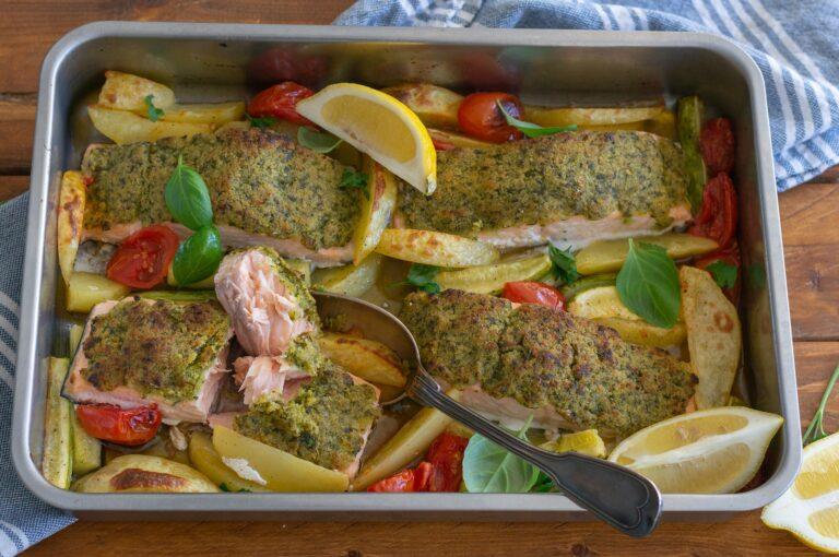 Печено филе от сьомга с билкова кора и зеленчуци