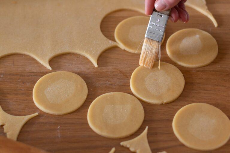 Намазване на кръговете тесто с яйце