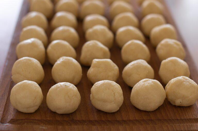 Оформеното тесто на топчета по 20 грама