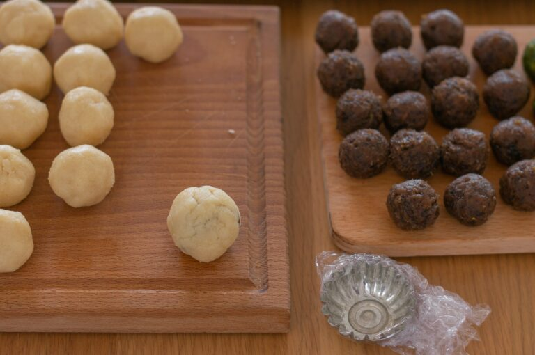 Оформяне на мамул - приготвеното топче от тесто с пълнеж в него
