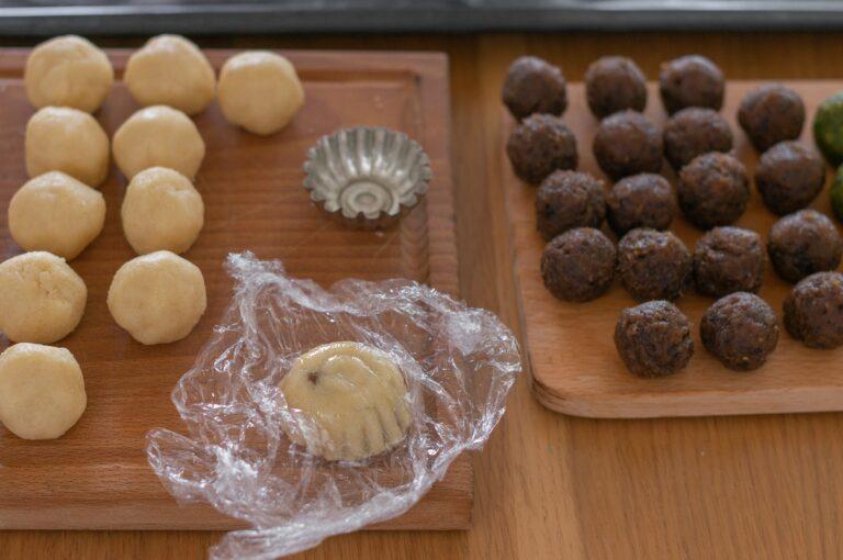 Оформяне на мамул - моделираната сладка се изважда от формата