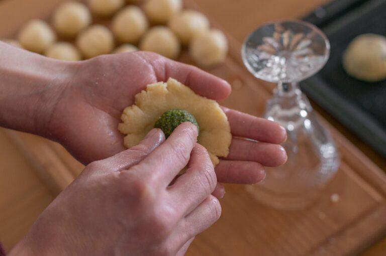 Оформяне на мамул - поставяне на пълнежа в разстланото топче тесто