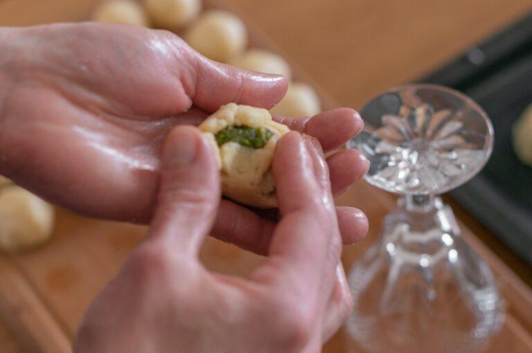 Оформяне на мамул - пълнежът се покрива с тестото