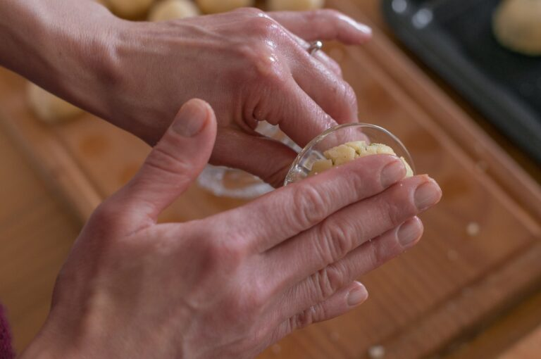 Оформяне на мамул с дъно на чаша - приготвеното топче се притиска в шарката на дъното на чашата