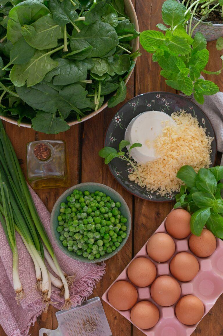 Пресен спанак, зелен лук, грах, рикота, пармезан, яйца и билки за торта Паскуалина