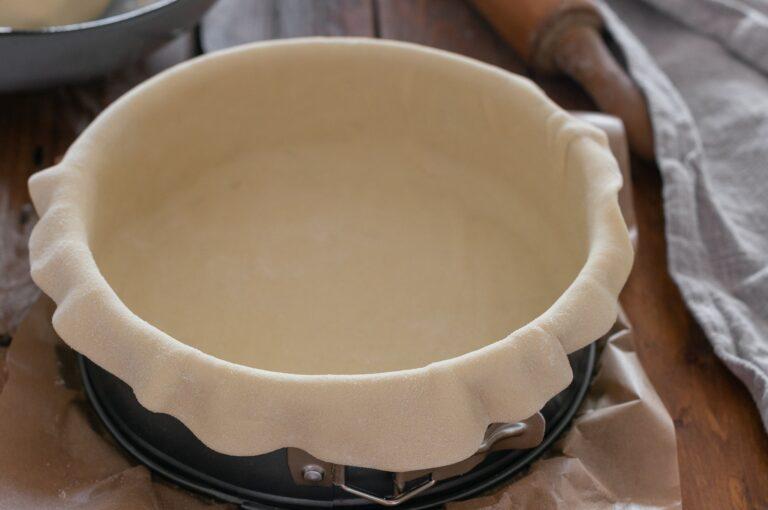 Поставяне на по-голямата част от тестото във формата за печене