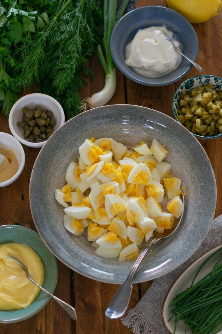 Нарязани сварени яйца за яйчена салата с кисели краставички и майонезен дресинг