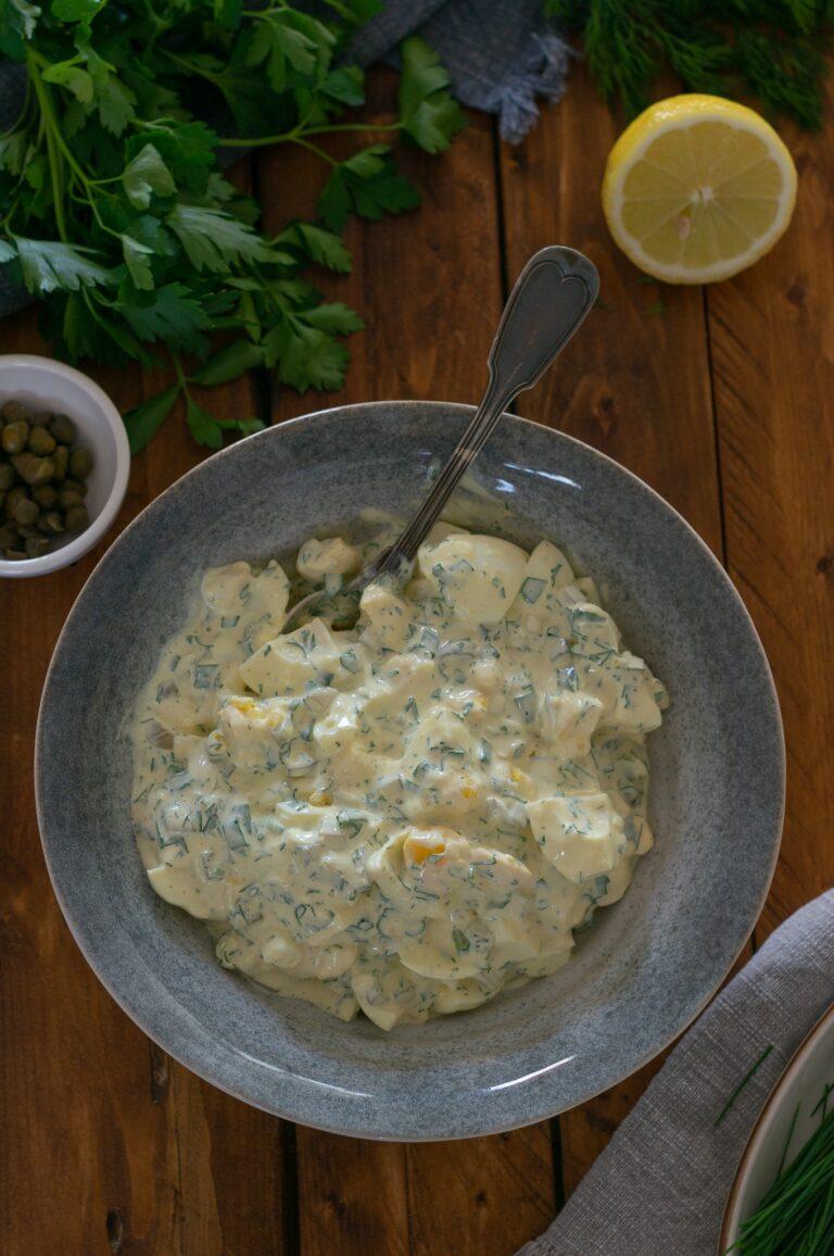 Смесените съставки за яйчена салата с кисели краставички и майонезен дресинг