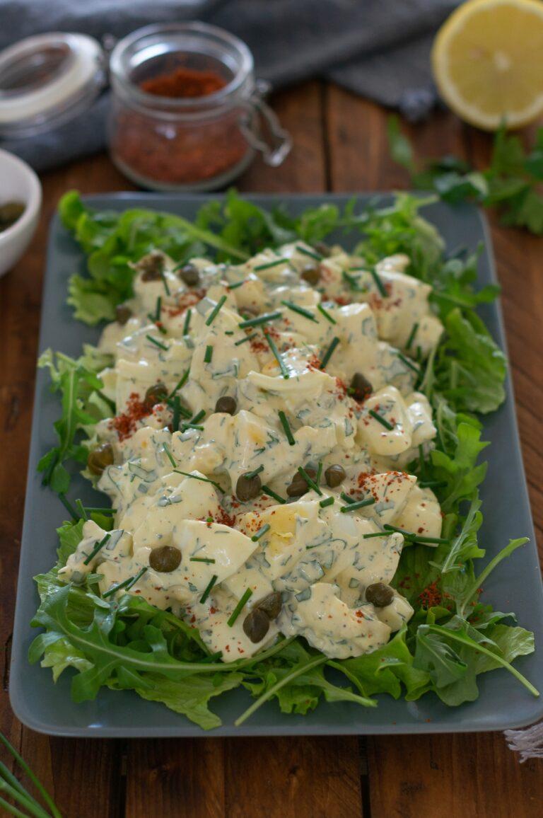 Яйчена салата с кисели краставички и майонезен дресинг