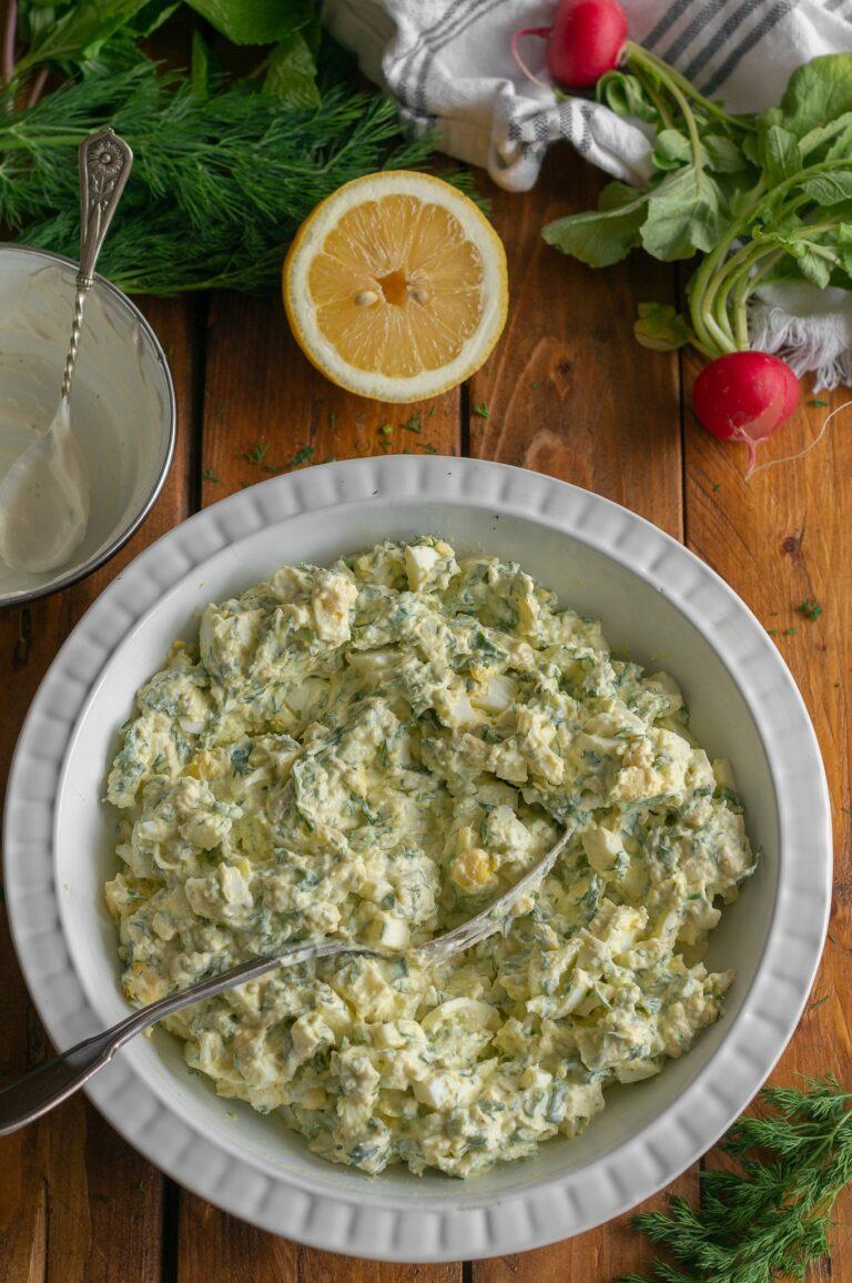 Смесените продукти за яйчена салата с авокадо и млечен дресинг