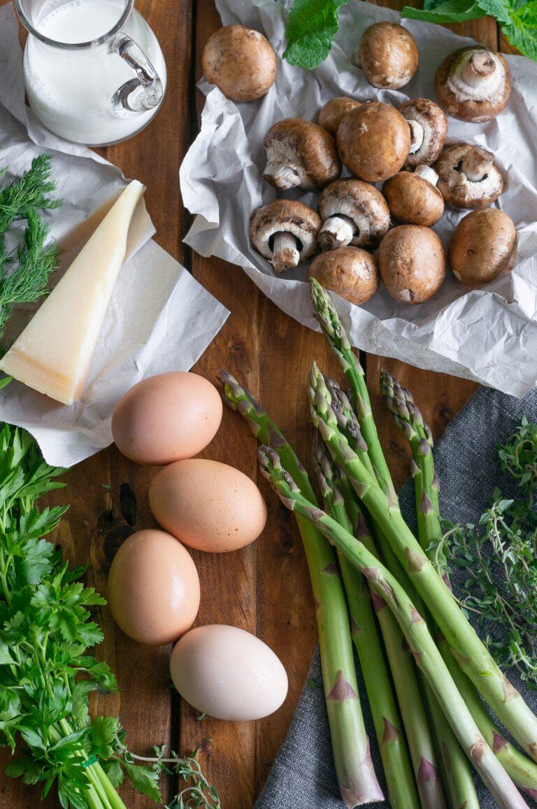 Аспержи, печурки, билки и яйца, прясно мляко и пармезан за солена холандска палачинка