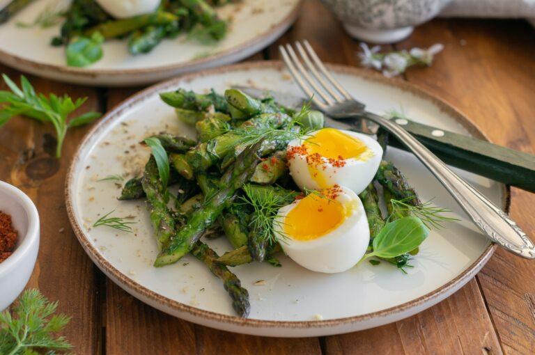 Салата от аспержи с билки и рохки яйца