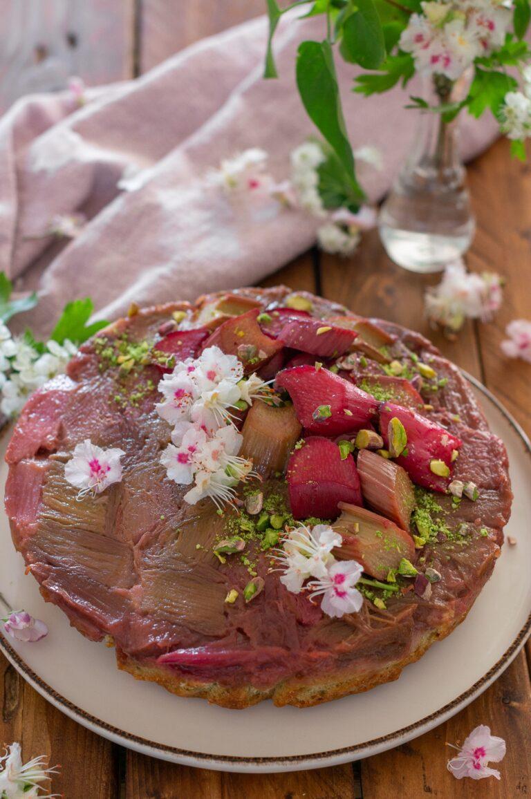 Обърнат сладкиш с шамфъстък и ревен