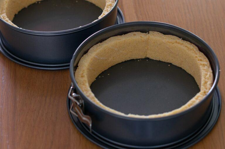 Оформяне на стените от пандишпан във формите за тортите