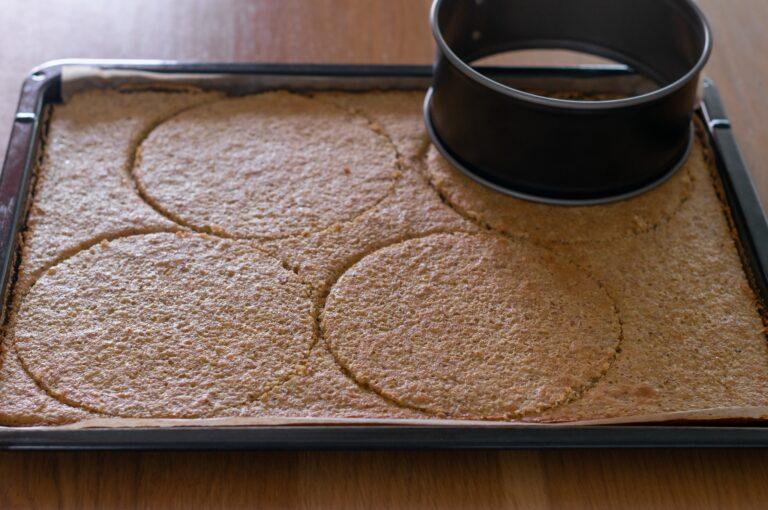 Изрязване на кръгове от бадемовата платка