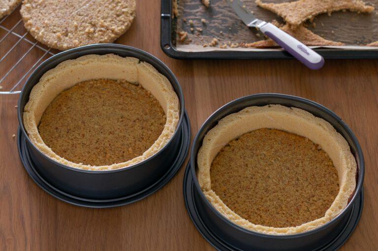 Поставените два кръга от бадемовата платка на дъното на формите