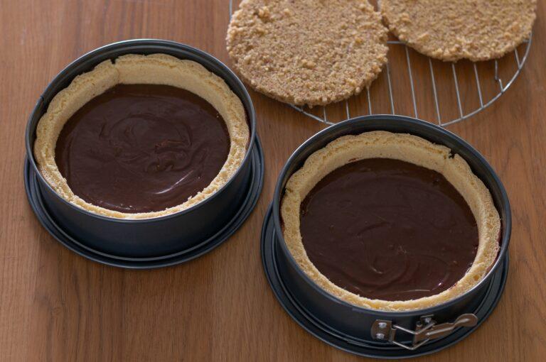 Разпределеният шоколадов ганаш във формите