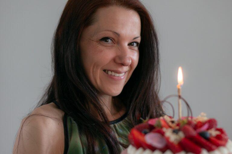 Празнувам 40 години с торта с бадеми, млечен шоколад и плодов мус с рози