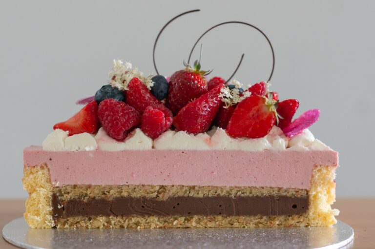 Торта с бадеми, млечен шоколад и плодов мус с рози