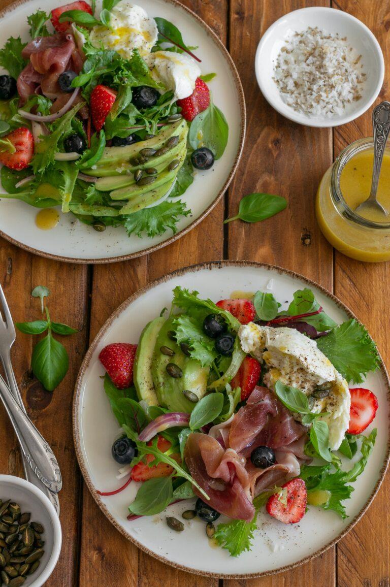 Салата с прошуто, моцарела и ягоди