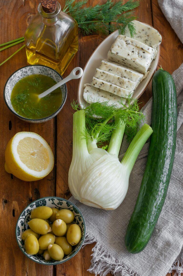 Резене, краставица, зелени маслини, халуми и подправки са свежа лятна салата