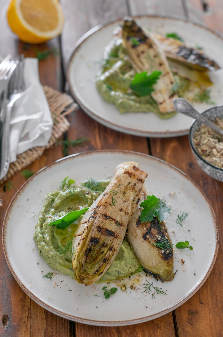 Цикория на грил и хумус с грах и авокадо