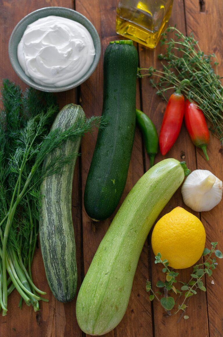 Тиквички, люти чушки, лимон, чесън, лабне и билки за приготвяне на тиквички на грил с лабне и солена гранола