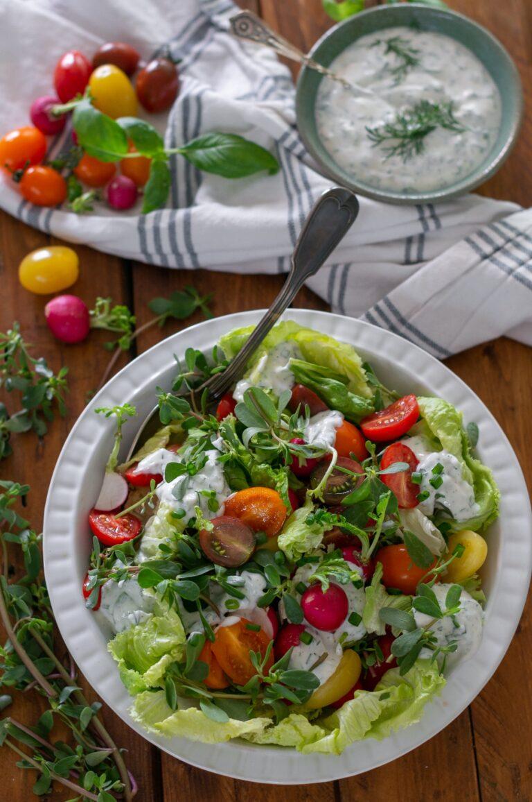 Салата с чери домати, тученица и млечен дресинг със зелени подправки