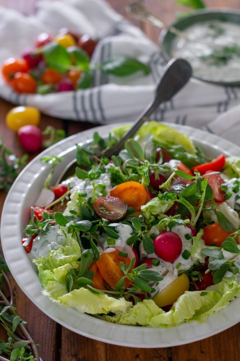 Салата с чери домати, тученица и млечен дресинг със зелени попдравки